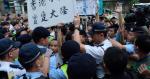 【十一遊行】市民舉港獨標語 被警方阻進公民廣場 雙方一度爆衝突