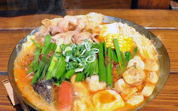 台中第一家純正熬煮雞湯百元小火鍋。 料多Cp值又高,而且就在向上市場和審計新村附近。 不加味精、粉類調製的天然湯頭,總是會喝光光。