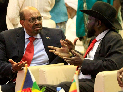 South Sudan's President Salva Kiir (R) talks to Sudan's President Omar Hassan al-Bashir after signing a ceasefire and power-sharing agreement with South Sudanese rebel leader Riek Machar in Khartoum, Sudan. August 5, 2018. /REUTERS