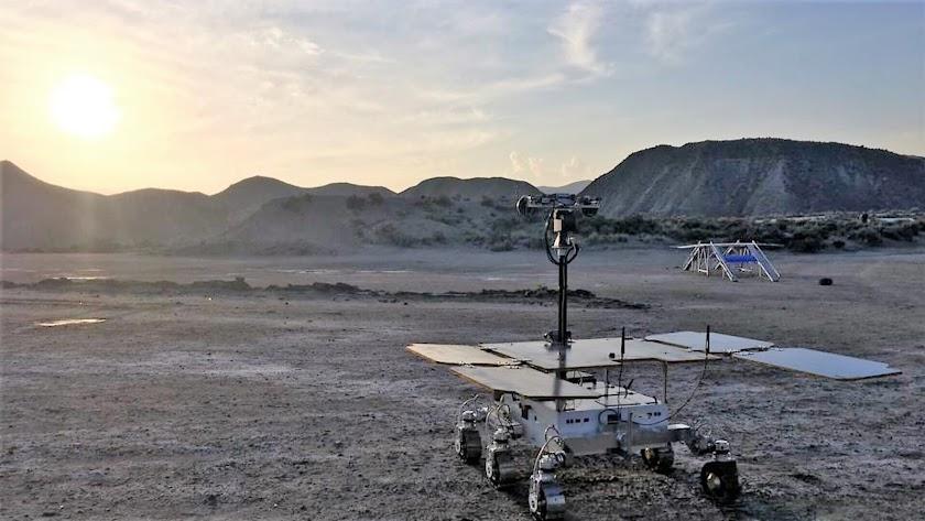 Charlie, el prototipo de róver de la misión ExoMars, disfruta de una puesta de sol en Tabernas en octubre de 2018. (Airbus /ESA)