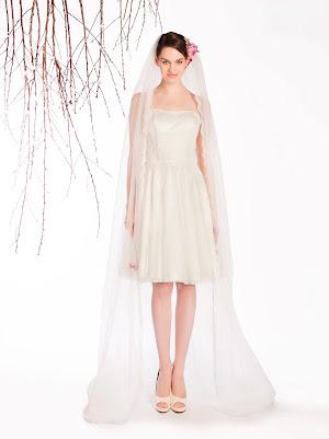 Robe de mariée courte bustier Erika en dentelle fine, la taille est marquée par une bande de dentelle originale, style sobre et élégant