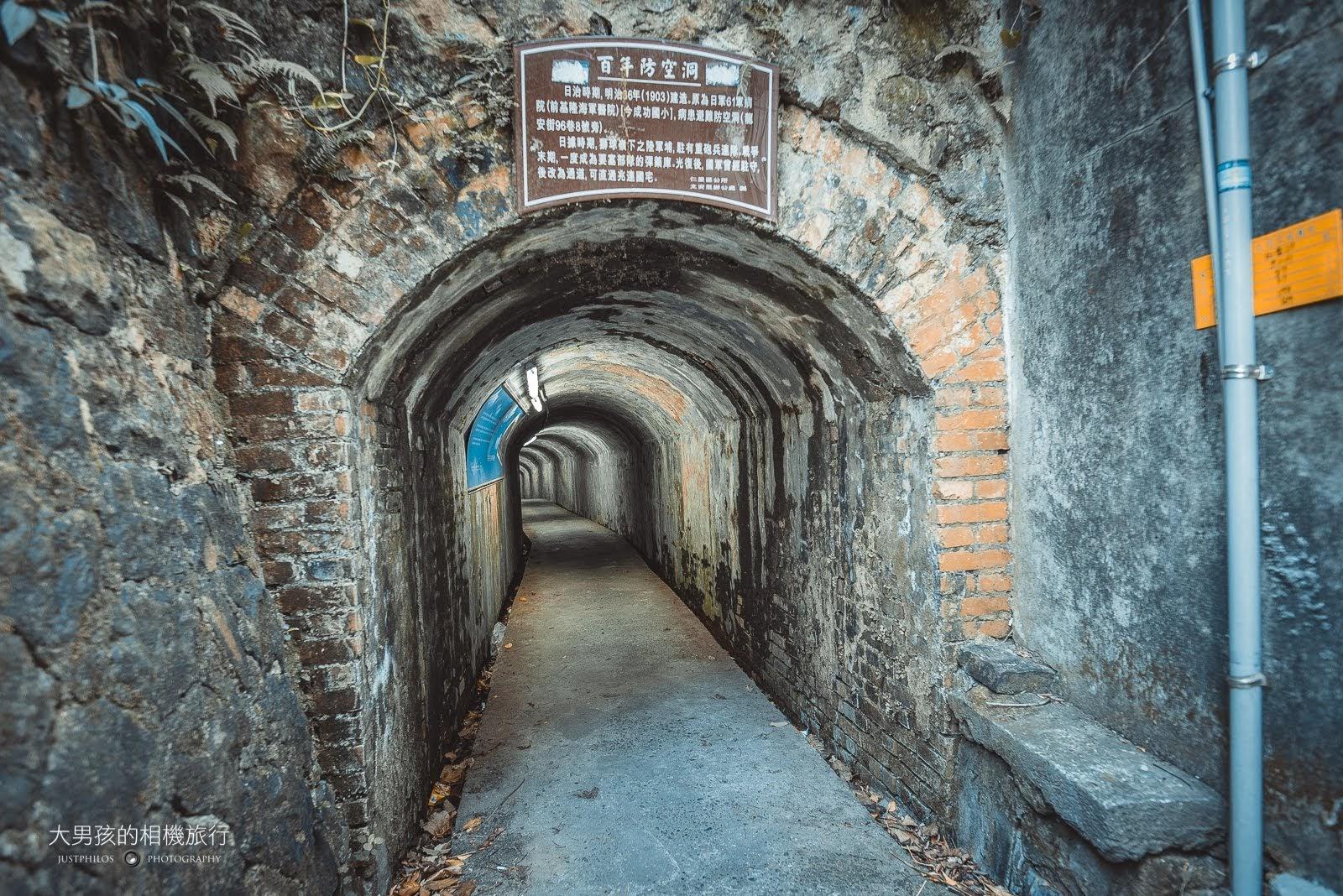 走進基隆百年防空洞內,彷彿走進歷史的軌跡中。