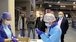 Representantes institucionales y sanitarios en el primer día de vacunación masiva en Almería.