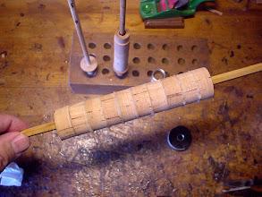 Photo: 15)ここからグリップに取りかかります。ブランクにコルクリングをエポキシ接着剤で接着します。この後、クランプで圧着して硬化させます。硬化したら成型します。