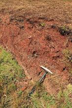 Photo: Az alapszelvényhez vezető árok a BAF tektonikusan átbuktatott és felcserepesedő rétegeit tárja fel