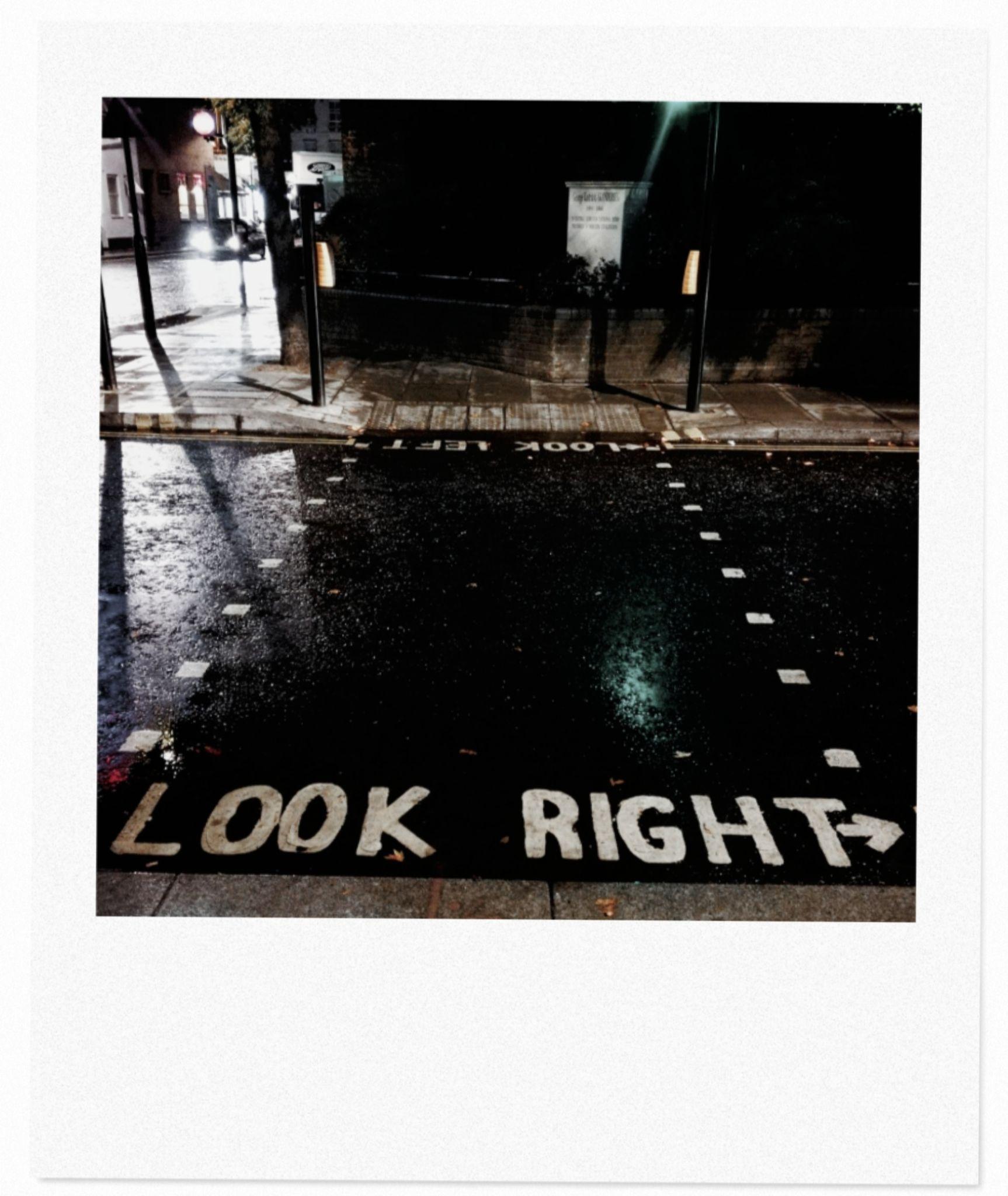 Londra, la città dei distratti, indica dove guardare quando attraversi la strada