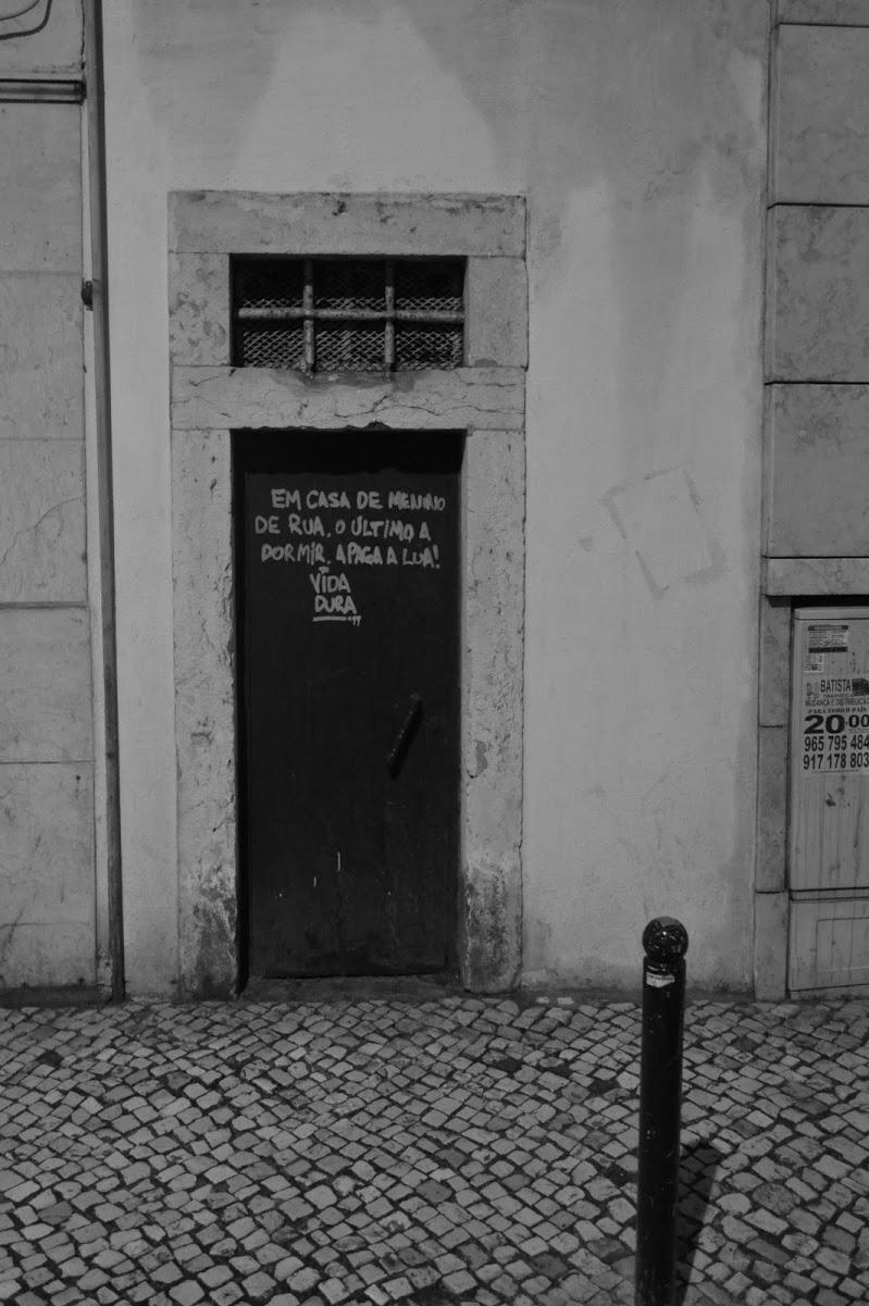 nella casa di un ragazzo di strada, l'ultimo a dormire, paga la luna. di Francesco Cardia