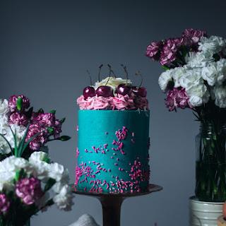 ▲Luxury White Chocolate and Cherry Layer Cake