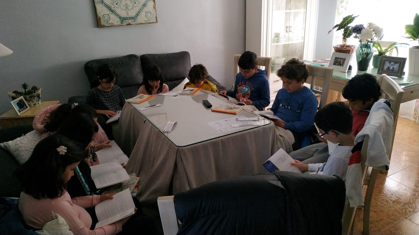 Un grupo de personas sentadas en una sala  Descripción generada automáticamente