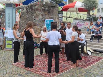 Tanzgruppe mit Fahne 2.jpg