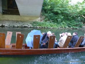Photo: Das Thema kann oft auch Spaß bringen ... schnell unter der Brücke ins Trockene.