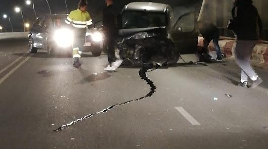 Accidente en la Avenida del Mediterráneo: una furgoneta se lleva una valla