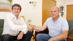 Manuel Cortés y Pedro Peña certificando el acuerdo de investidura y gobierno en Adra.