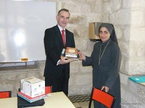 Photo: Remise de livres à Sr. Esther de l'école copte de Jérusalem
