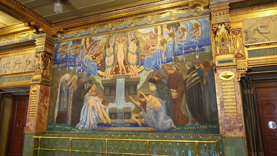 二樓藝術之泉的濕壁畫,也充滿各種象徵意義