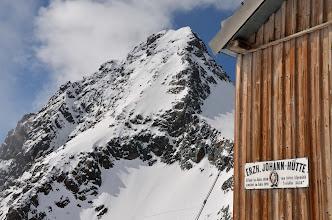 Photo: Erzherzog-Johann Hutte (3451mnpm) i szczyt Grossglocknera (3798mnpm)