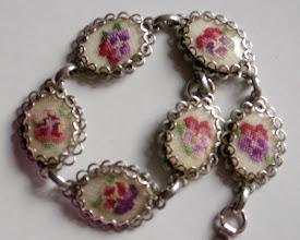 Photo: Il braccialetto color argendo con le pensées