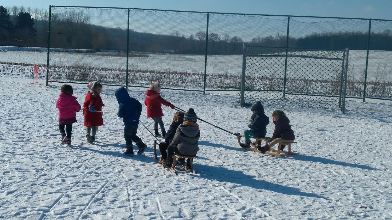 Sneeuwpret kleuterklas juf Joke drie-jarigen
