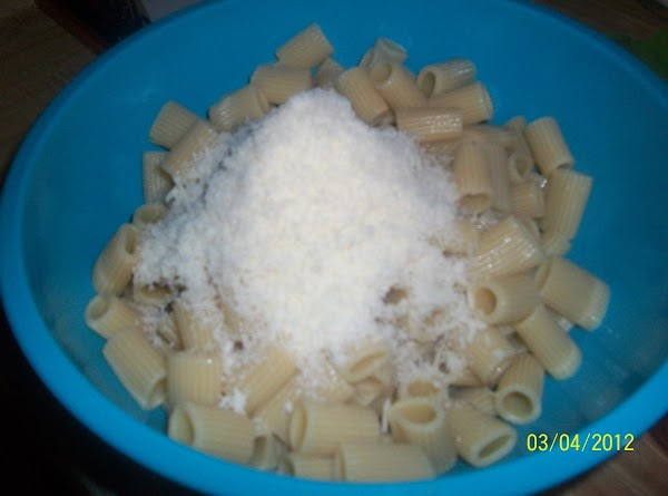 Lightly spray 9-inch springform pan.   Heat oven to 400*.  Toss pasta with Parmesan. Tightly...