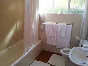 Photo: Bad, alles vorhanden was man braucht, morgens ist es Scheisskalt (keine Heizung).