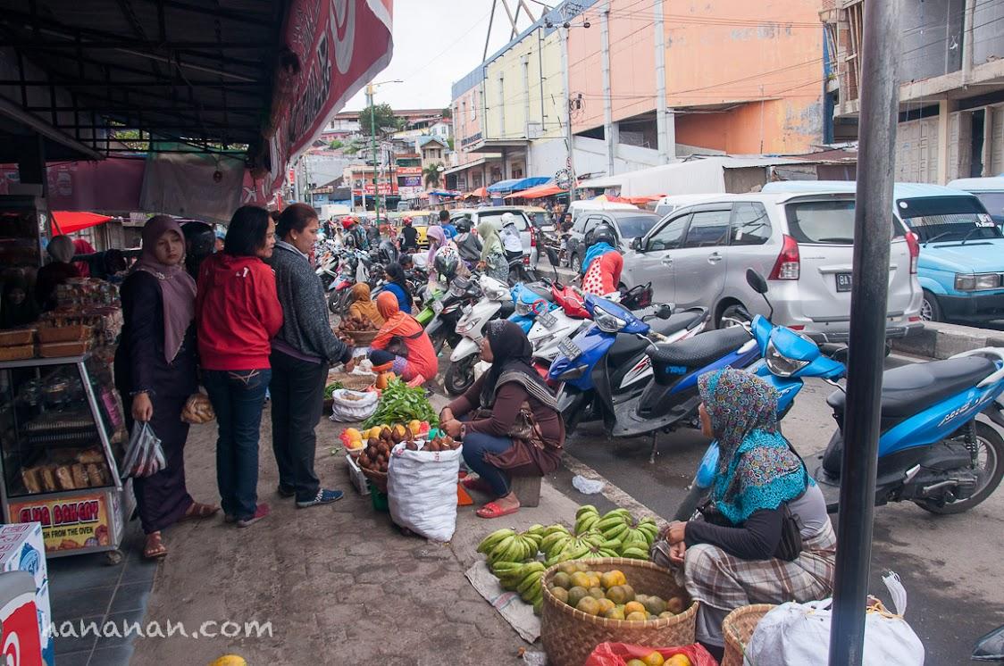 Penjual buah di trotoar.