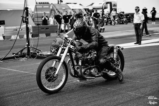 la-moto-de-bill-carbu-construite-par-machines-et-moteurs-le-specialiste-des-triumph-bonneville-et-norton-commando-au-run-cap-sud-2014