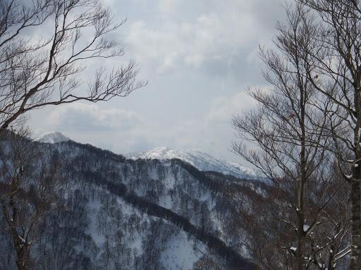 三国岳(中央)と夜叉ヶ池山(左奥)