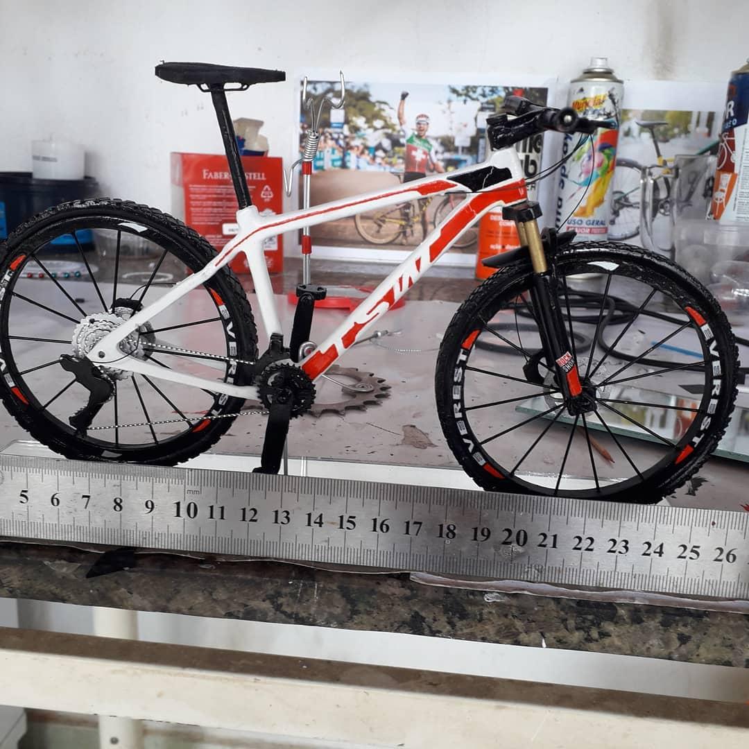 'Mecânico Artesão' faz sucesso nas redes sociais com miniaturas de bikes 4