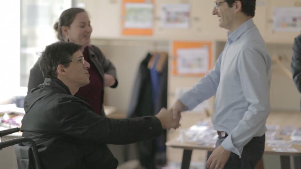 personne handicapée serrant la main à son recruteur