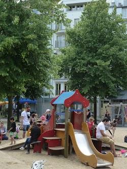 Kinderspielplatz vor Wohnhaus.
