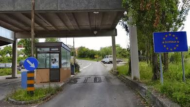 Photo: Wir kommen über eine Nebenstaße wieder nach Slowenien.