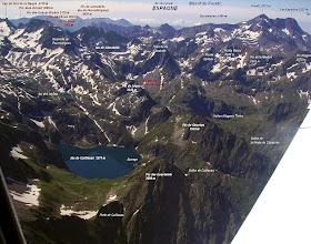 Photo: Vision annotée du lac de Caillauas au Gourgs Blancs et au Posets.