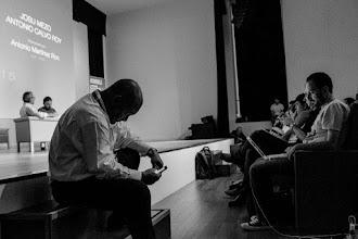 """Photo: Iñako, al que no han ofrecido KAS15, se entretiene jugando al """"rayo de mirada"""" con su teléfono, mientras por el rabillo del ojo vigila los pasillos."""