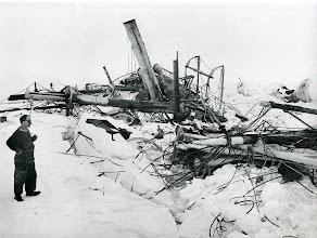 Photo: Los restos del naufragio desperdigados en angustiosa confusión. Wild, echando una última mirada al barco antes de que éste se hundiera.