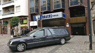 El coche de la funeraria sale con el cadáver de la niña de cinco años aparecida muerta en el hotel Los Bracos de Logroño.