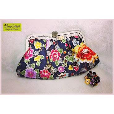 Handmade Clutch Bag with Traditional Korean Style  Sold  花樣繽紛,顏色鮮艷,對比鮮明,是韓式傳統布的特色,大概也能代表大韓民族的性格吧?  歡迎訂造各款口金包,請留言查詢。  #diy #design #hkdiy #hkdiyshop #hkhandmadeshop #hkhandmade #handmadeaccessories #handbag #clutch #korean #floral #framehandbag #手拿包 #手作 #手工藝 #loveycathy #手造 #韓國 #가방 #핸드메이드