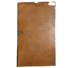 """Photo: Une plaque de cuivre, de 50 cm par 30 env., sur laquelle sont gravées les mentions """"Liqueur Pères Chartreux"""" et le sigle CAR. La répétition des motifs évoque une planche d'impression et les inscriptions rappellent celles de l'étiquette de la Chartreuse de Tarragone au début du siècle dernier.   Au vu de la découpe la plaque initiale était plus grande. Mais si ce n'est pour les étiquettes, à quel usage est-ce donc destiné ? Si vous avez des suggestions, faites nous en part !  Merci à Philippe et à Monsieur Héteer"""