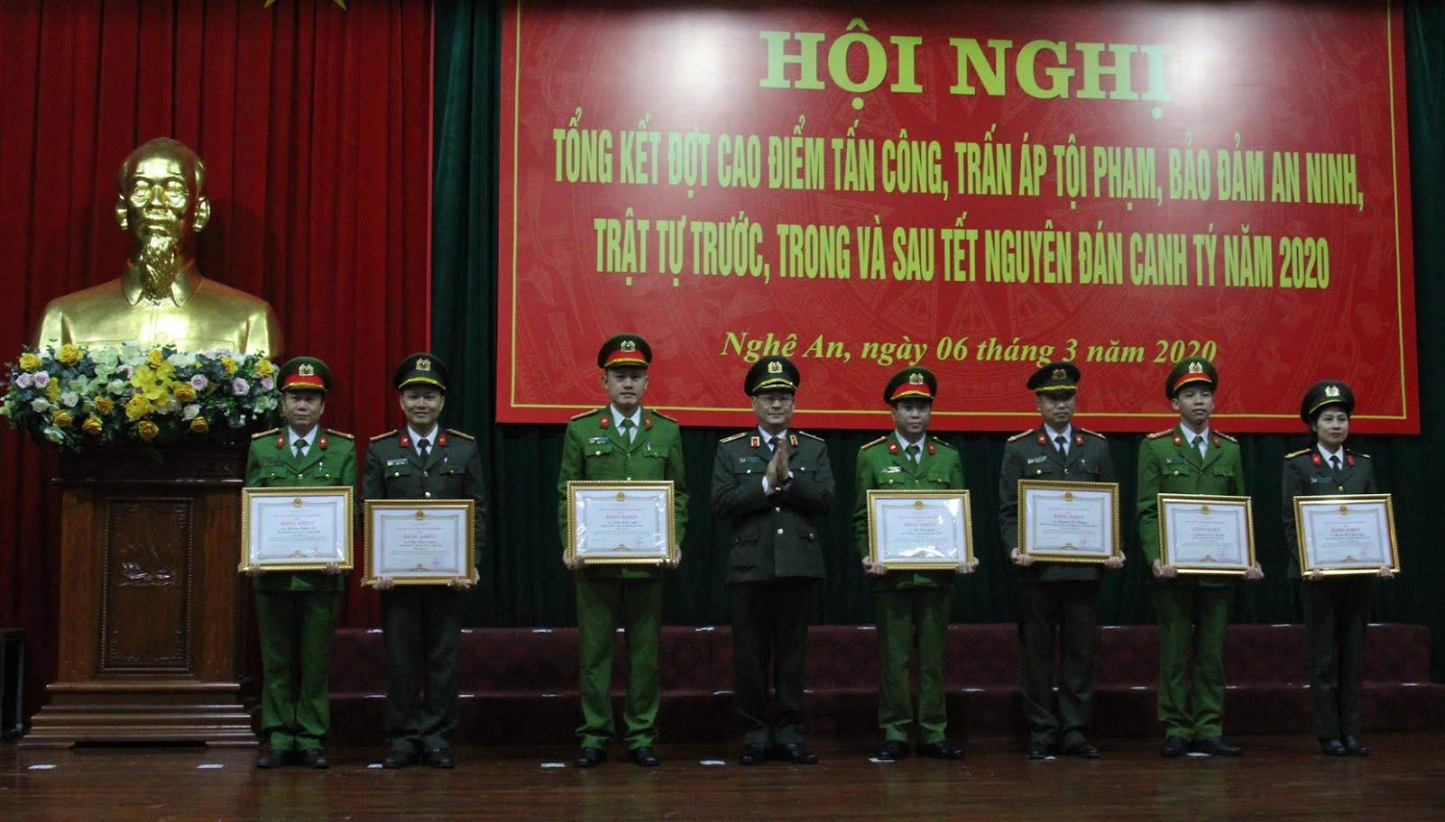 Thừa ủy quyền, đồng chí Thiếu tướng Nguyễn Hữu Cầu, Giám đốc Công an tỉnh                               trao Bằng khen của UBND tỉnh cho các cá nhân có thành tích xuất sắc trong đợt cao điểm