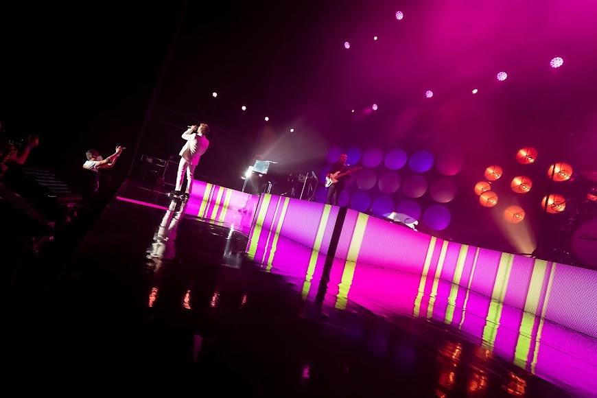David Bisbal animando al público a cantar sus canciones