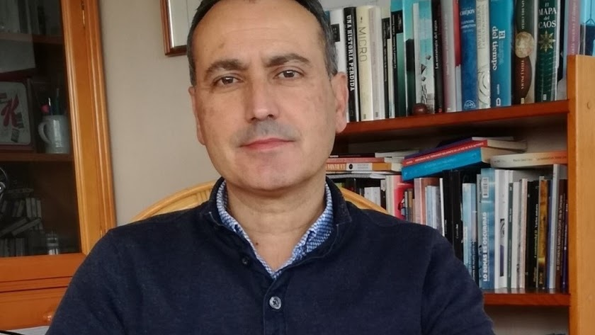 Firma del libro 'Tiempo de eclipse', de Fernando Martínez López, en Torrecárdenas..
