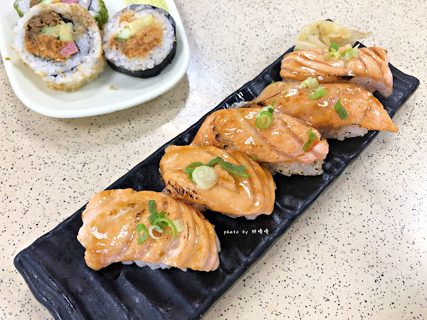 根井壽司,在地人熟知的體育館壽司,所有品項都平價,尤其炙燒鮭魚握壽司,口味驚艷、價格令人驚嚇,一次吃10貫沒在客氣,來嘉義別錯過啊!!