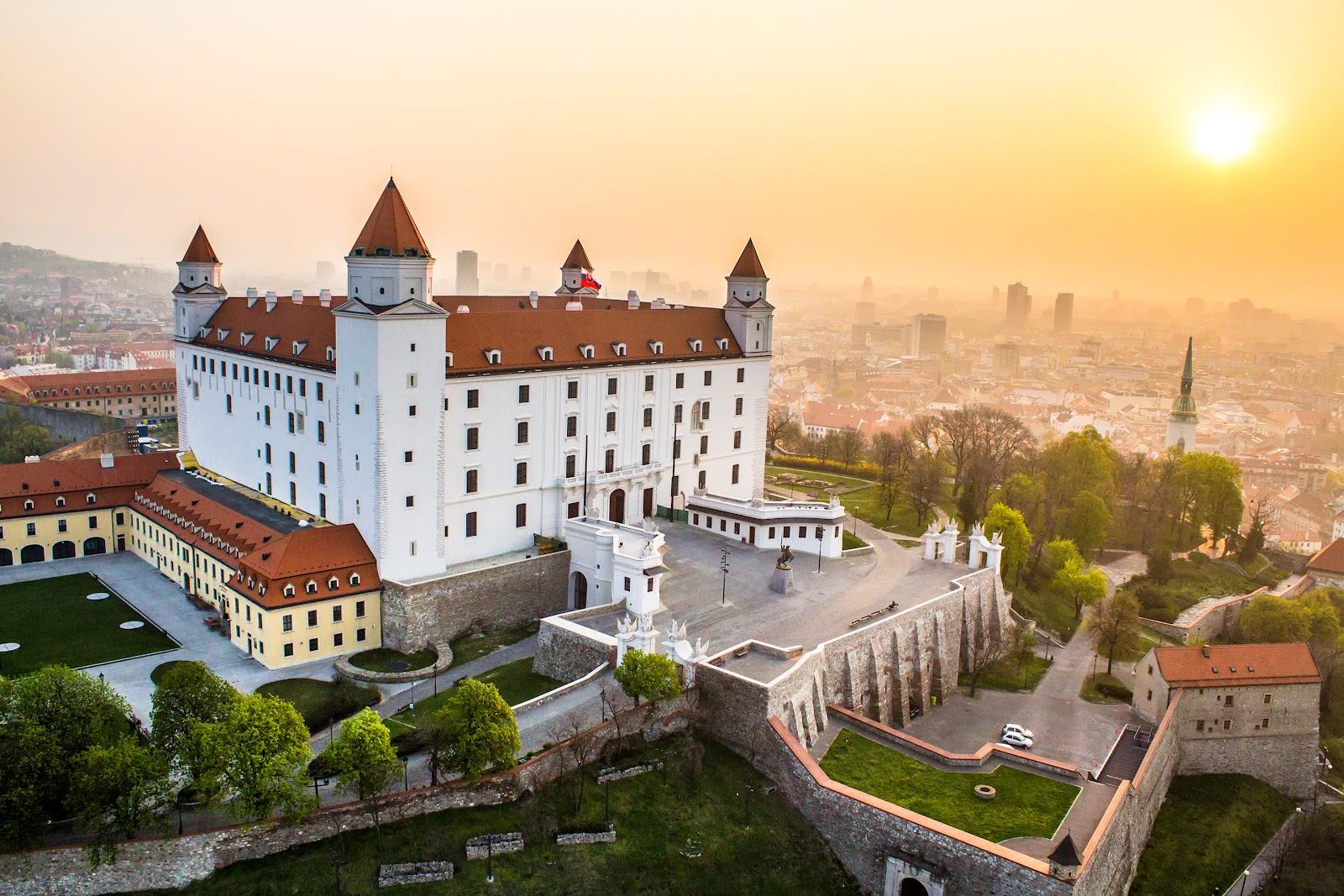 bratislava_castle_sunrise_copyright_duomedia.jpg
