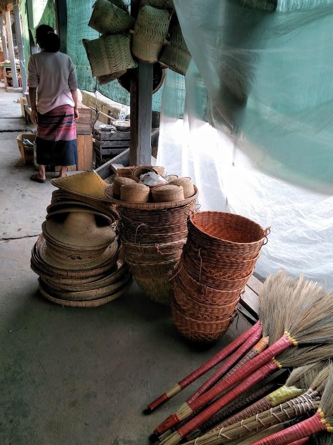 道においてある竹製品