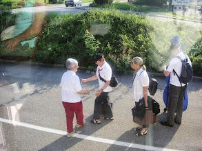 Photo: Margrit Siegrist begrüsst die Autostöppler Marliese, Charlotte und Markus