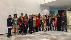 El grupo de artistas de la muestra posaban junto a las poetas y los organizadores.