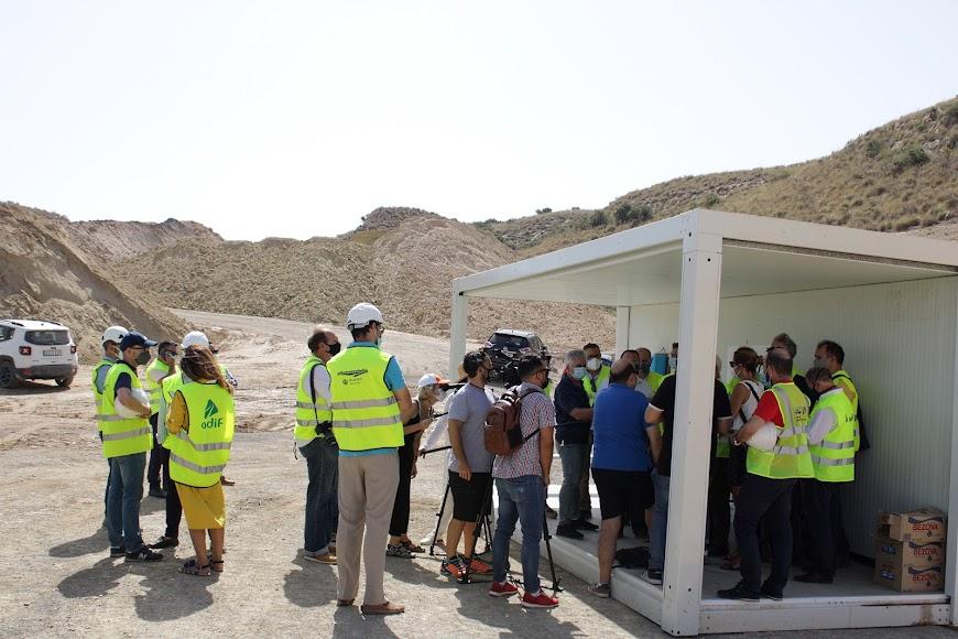 Comitiva y medios de comunicación asistentes a la visita a las obras del AVE Los Arejos-Níjar.