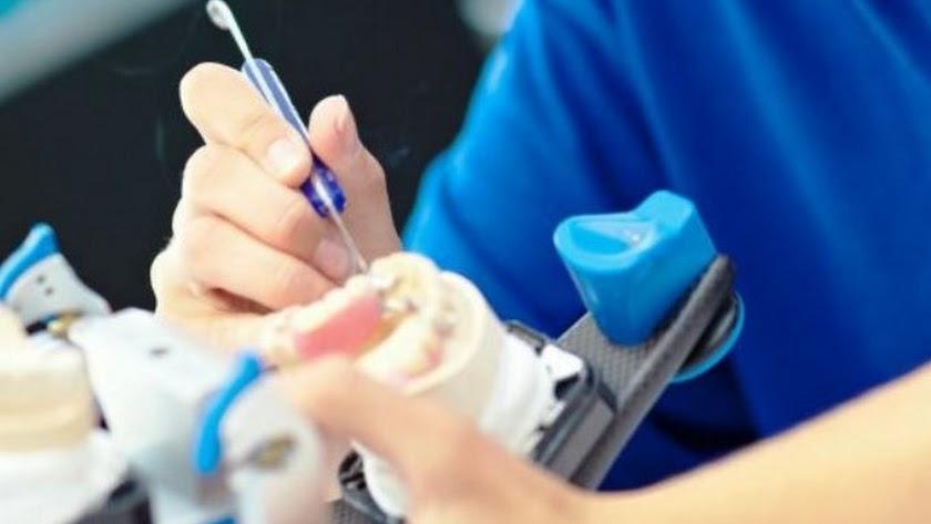 Condenado un protésico dental por hacerse pasar por dentista