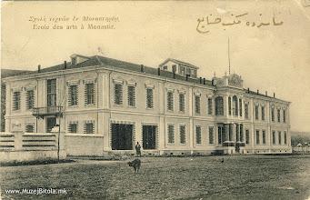 Photo: 12. Уметничко и занаетчиско училиште во Битола во 1906 година. Уметничкото и занаетчиско училиште започна со работа во 1900 година, да обучува ученици во занимања кои беа барани во тој период како: кројачи, столари, грнчари, инженери, и телеграфисти. Сите овие големи објекти се изградени кога на власт во Битола како валии беа Ахмед Ејуб Паша и Абдул Керим Паша.