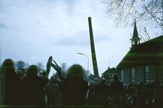 Photo: De fabriekspijp valt