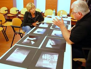 Photo: Tullio FRAGIACOMO legge il portfolio di Loredana PRINCIC